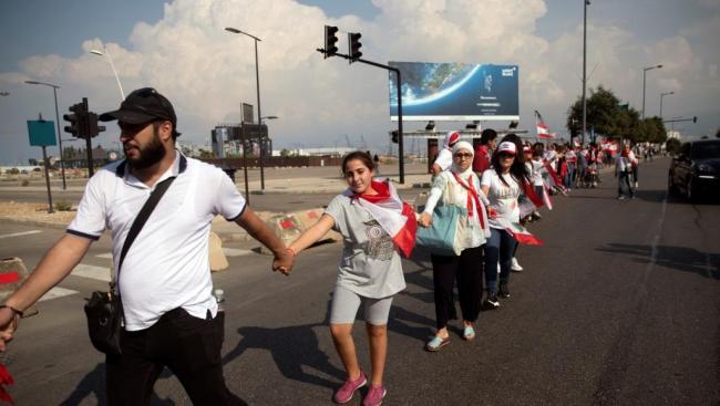 المحتجون بلبنان يتوافدون لتشكيل سلسلة بشرية طولها 170 كلم