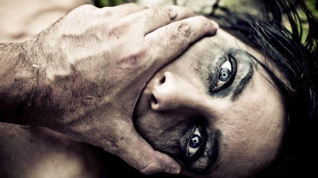 خاص-بمنزل بورقيبة: يستغل عدم وجود زوجها بيتسلل الى منزلها ويحاول اغتصابها لكن المفاجاة قلبت كل حساباته