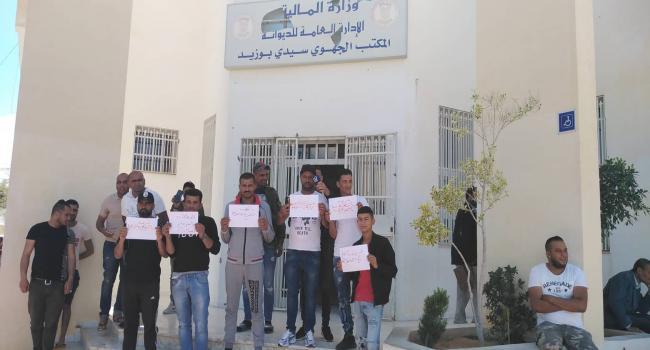 بعد أن صُودرت سياراتهم وعددها 50: تجار يحتجون أمام مقر الديوانة بسيدي بوزيد ويهددون بالتصعيد