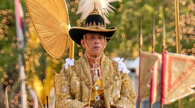 ملك تايلاند يعزل نفسه في فندق بجوار 20 امرأة