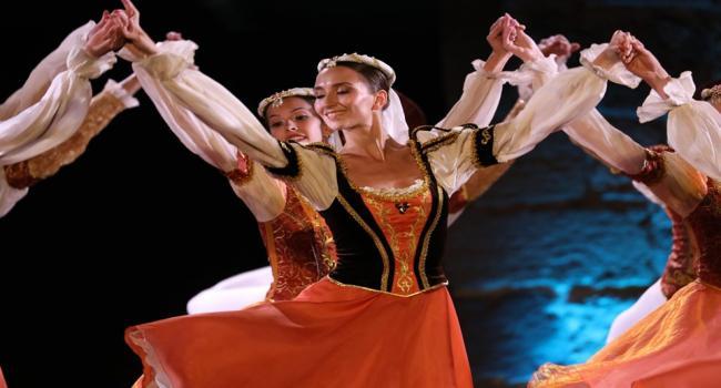 باليه «بحيرة البجع» على مسرح قرطاج الدولي: حينما يتحوّل جسد راقص الباليه إلى نوتة موسيقية تعزف ألحانا تحاكي أبدع الروايات الأسطورية