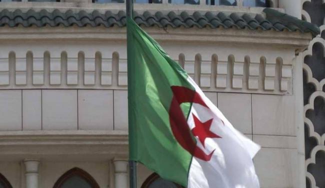 الجزائر تمنع 100 مسؤول ورجل أعمال من السفر إلى الخارج
