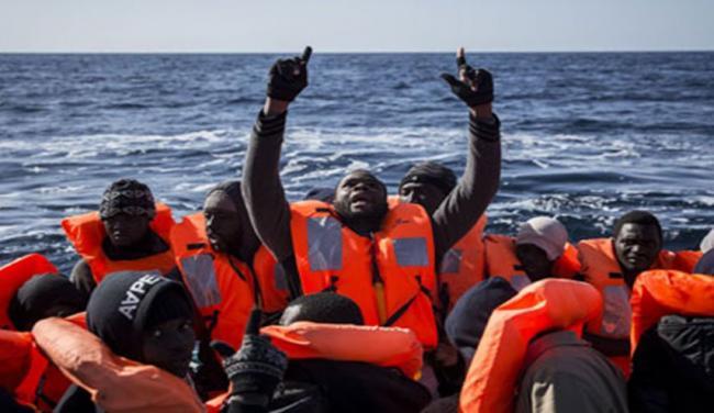 إنقاذ 90 مهاجرا قبالة ليبيا وسط تهديدات بالسلاح