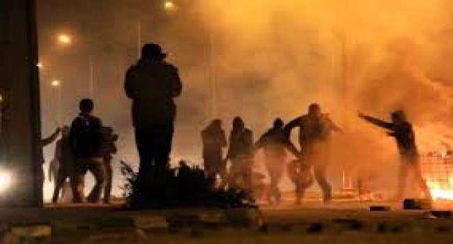 عدد من شباب حي النور بالقصرين يتصدون لمحاولات الإعتداء على الوحدات الأمنية