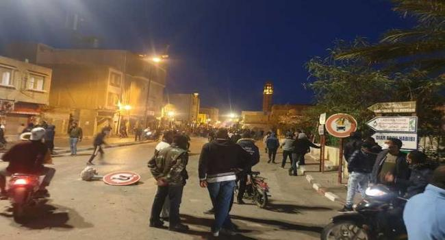"""الليلة في توزر: حالة من الإحتقان وتسجيل إصابات في صفوف المحتجين والأمنيين وخلع مغازة """"كارفور"""" وسرقتها"""