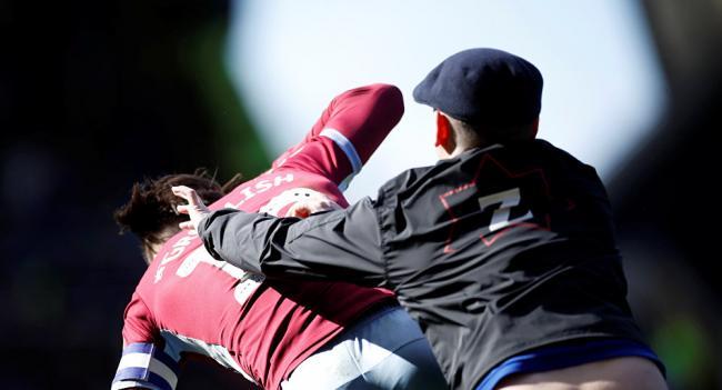 مشجع يوجه «لكمة» إلى لاعب خلال مبارة في الدوري الإنجليزي