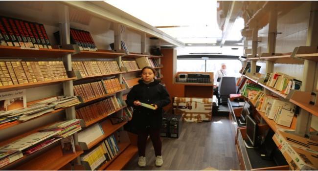 """بمبادرة من شركة """"غات فوسي"""" و جمعية """"هندي"""": بن سالم والعباسي يستقبلان المكتبة المتجولة في تاكلسة"""