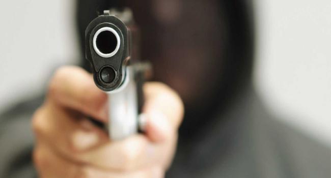 """ملثم بمسدس يُهدد العمال بالقتل ويستولي على 100 الف دينار من مخزن """"دليس"""" التفاصيل"""