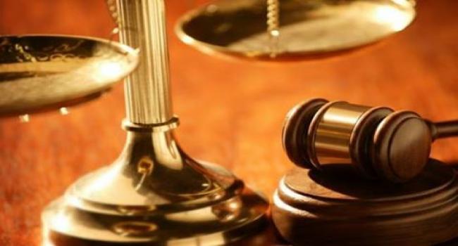 عاجل: يطعن زوجته بسكين داخل قاعة المحكمة
